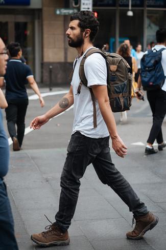 Cómo combinar: camiseta con cuello circular gris, vaqueros en gris oscuro, botas de trabajo de cuero marrónes, mochila de lona verde oliva