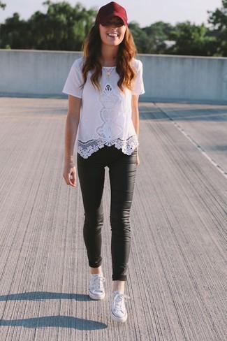Cómo combinar: camiseta con cuello circular de encaje blanca, leggings de cuero negros, tenis blancos, gorra inglesa burdeos