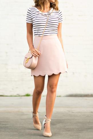 Cómo combinar: camiseta con cuello circular de rayas horizontales en blanco y negro, minifalda rosada, zapatos de tacón de ante en beige, bolso bandolera de cuero rosado