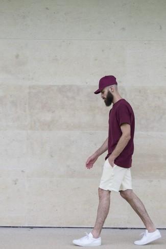 Cómo combinar: camiseta con cuello circular morado oscuro, pantalones cortos blancos, tenis blancos, gorra de béisbol morado