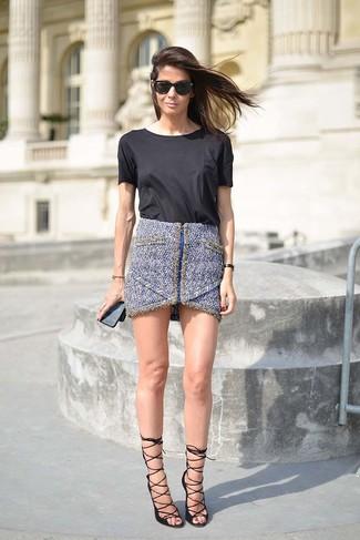 Cómo combinar: camiseta con cuello circular negra, minifalda de tweed azul, sandalias de tacón de cuero negras, gafas de sol negras