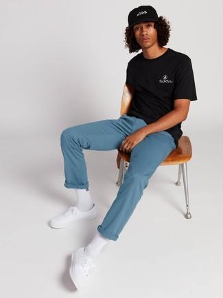 Cómo combinar: camiseta con cuello circular negra, pantalón chino azul, tenis de lona blancos, calcetines blancos