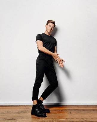 Cómo combinar: camiseta con cuello circular negra, pantalón chino negro, botas casual de cuero negras