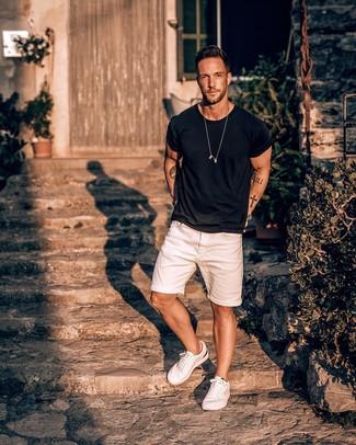 Cómo combinar: camiseta con cuello circular negra, pantalones cortos vaqueros blancos, tenis blancos, reloj plateado