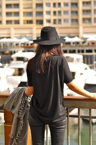 Cómo combinar: camiseta con cuello circular negra, pantalones pitillo de cuero negros, sombrero negro, bufanda de pata de gallo en negro y blanco
