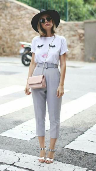 Cómo combinar: camiseta con cuello circular bordada blanca, pantalón capri gris, sandalias de tacón de cuero plateadas, bolso bandolera de cuero rosado