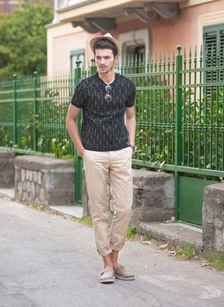 Cómo combinar: camiseta con cuello circular estampada azul marino, pantalón chino en beige, alpargatas de lona grises, sombrero de paja marrón claro