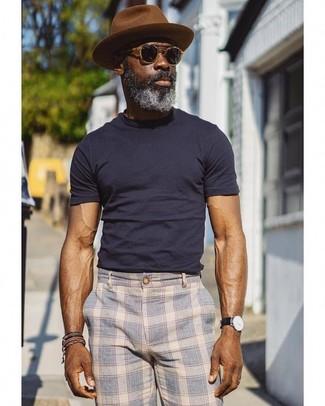 Cómo combinar: camiseta con cuello circular azul marino, pantalón chino de tartán celeste, sombrero de lana marrón, gafas de sol negras