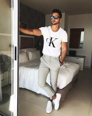 Cómo combinar: camiseta con cuello circular estampada en blanco y negro, pantalón chino en beige, tenis de cuero blancos, gafas de sol negras