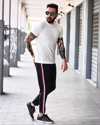 Cómo combinar: camiseta con cuello circular blanca, pantalón chino negro, tenis de cuero negros, gafas de sol azul marino