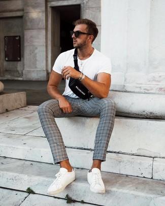 Cómo combinar: camiseta con cuello circular blanca, pantalón chino de tartán gris, tenis de cuero blancos, riñonera negra
