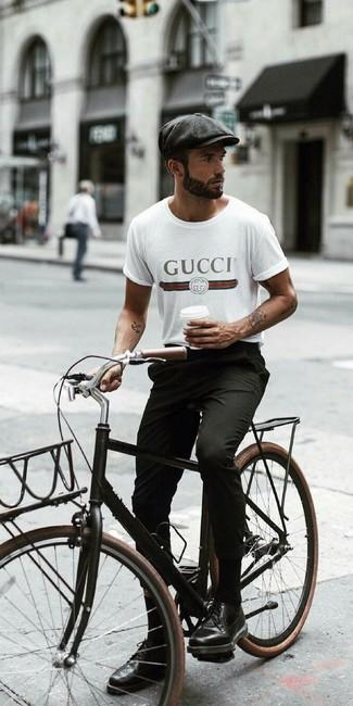 Cómo combinar: camiseta con cuello circular estampada blanca, pantalón chino negro, zapatos brogue de cuero negros, gorra inglesa en gris oscuro