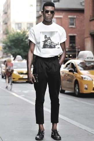 bab5e3c1d47 Cómo combinar una camiseta con cuello circular estampada en blanco y ...