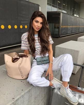 Cómo combinar: camiseta con cuello circular de rayas horizontales celeste, pantalón de chándal blanco, zapatillas altas de cuero en beige, bolsa tote de cuero en beige