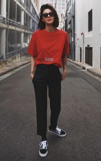 Cómo combinar: camiseta con cuello circular roja, pantalón de vestir negro, tenis de lona negros, calcetines negros