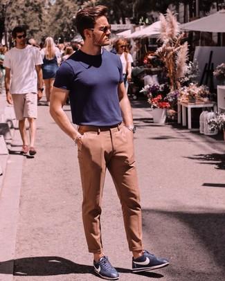 Cómo combinar: camiseta con cuello circular azul marino, pantalón de vestir marrón claro, tenis de cuero azul marino, gafas de sol en marrón oscuro