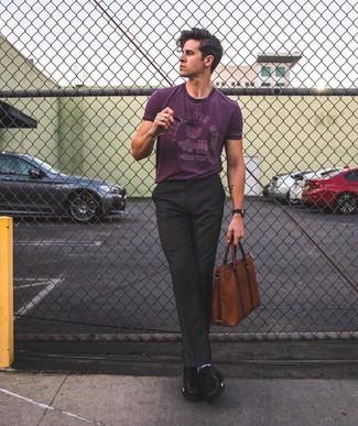 Cómo combinar: camiseta con cuello circular estampada morado, pantalón de vestir negro, zapatos derby de cuero negros, portafolio de cuero marrón