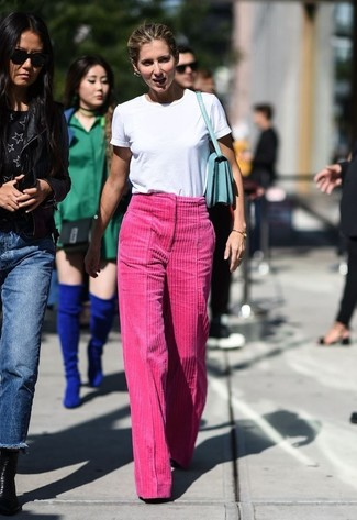 Cómo combinar: camiseta con cuello circular blanca, pantalones anchos de pana rosa, bolso de hombre de cuero en verde menta, pulsera dorada