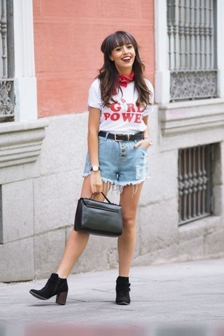Cómo combinar: camiseta con cuello circular estampada en blanco y rojo, pantalones cortos vaqueros celestes, botines de ante negros, bolso de hombre de cuero negro