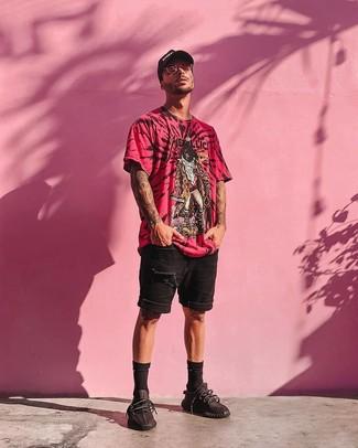 Cómo combinar: camiseta con cuello circular estampada rosa, pantalones cortos vaqueros desgastados negros, deportivas negras, gorra de béisbol estampada en negro y blanco