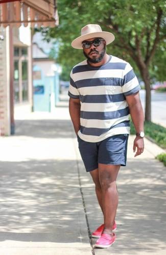 Cómo combinar: camiseta con cuello circular de rayas horizontales en blanco y azul marino, pantalones cortos azul marino, mocasín de cuero rosa, sombrero de lana rosado