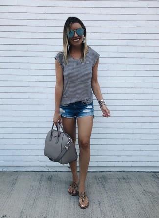Cómo combinar: camiseta con cuello circular de rayas horizontales en blanco y negro, pantalones cortos vaqueros desgastados azules, sandalias de dedo de cuero marrónes, bolso de hombre de cuero gris