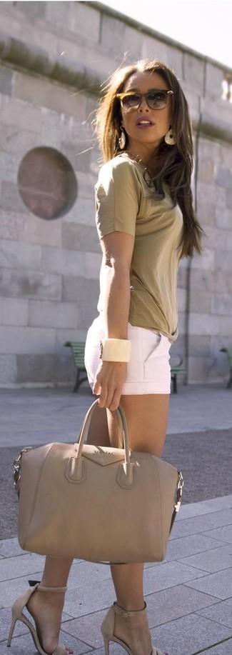 Cómo combinar: camiseta con cuello circular marrón claro, pantalones cortos blancos, sandalias de tacón de cuero en beige, bolsa tote de cuero en beige