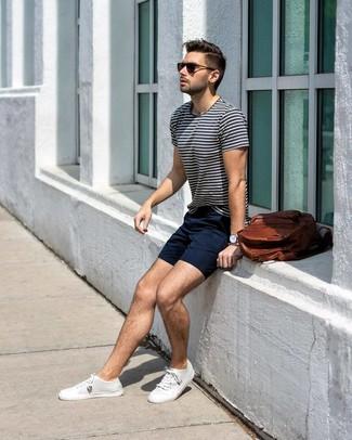 Look de moda: Camiseta con cuello circular de rayas horizontales en blanco y azul marino, Pantalones cortos azul marino, Tenis de lona blancos, Mochila de cuero marrón