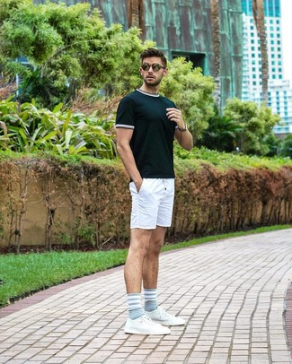 Cómo combinar: camiseta con cuello circular verde oscuro, pantalones cortos blancos, tenis de cuero blancos, gafas de sol verde oliva