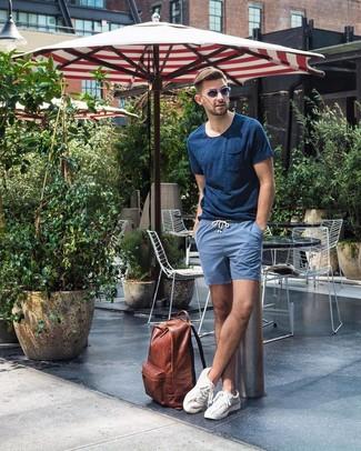 Cómo combinar: camiseta con cuello circular azul marino, pantalones cortos azules, tenis blancos, mochila de cuero marrón