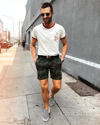 Cómo combinar: camiseta con cuello circular blanca, pantalones cortos de camuflaje verde oliva, zapatillas slip-on de lona a cuadros en negro y blanco, correa de cuero negra