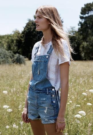 Cómo combinar: camiseta con cuello circular de encaje blanca, peto corto vaquero azul, pulsera dorada, colgante dorado