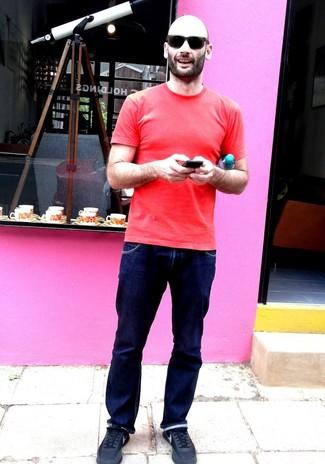 Cómo combinar: camiseta con cuello circular roja, vaqueros azul marino, deportivas negras, gafas de sol negras