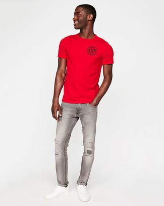 Cómo combinar: camiseta con cuello circular roja, vaqueros pitillo desgastados grises, tenis de cuero blancos