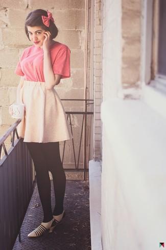 Cómo combinar: camiseta con cuello circular rosa, falda skater rosada, zapatos de tacón de cuero en beige, corbatín rosa