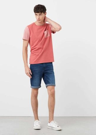 Cómo combinar: camiseta con cuello circular rosada, pantalones cortos vaqueros azules, tenis de lona blancos