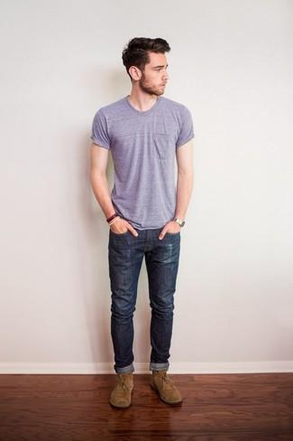 Cómo combinar: camiseta con cuello circular violeta claro, vaqueros en gris oscuro, botas safari de ante marrón claro, reloj plateado