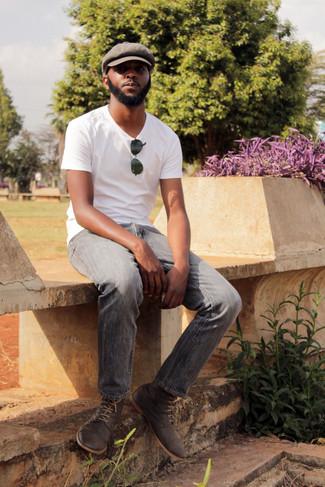Cómo combinar: camiseta con cuello circular blanca, vaqueros grises, botas safari de ante en gris oscuro, gorra inglesa marrón