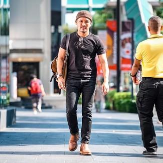 Cómo combinar: camiseta con cuello circular negra, vaqueros negros, botines chelsea de cuero marrón claro, mochila de lona marrón