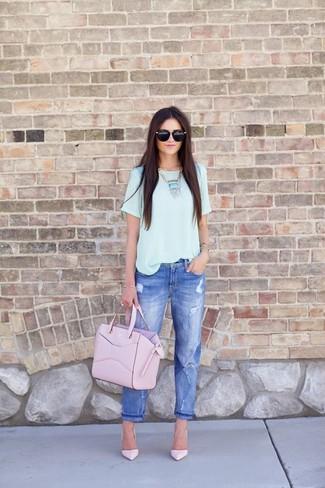 Cómo combinar: camiseta con cuello circular celeste, vaqueros boyfriend desgastados azules, zapatos de tacón de cuero rosados, bolsa tote de cuero rosada
