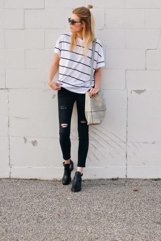 Cómo combinar: camiseta con cuello circular de rayas horizontales en blanco y negro, vaqueros pitillo desgastados negros, botines de cuero con recorte negros, bolsa tote de lona gris