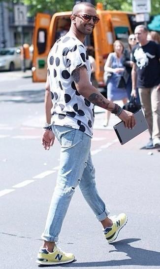Cómo combinar: camiseta con cuello circular a lunares en blanco y negro, vaqueros pitillo desgastados celestes, deportivas amarillas, gafas de sol de leopardo marrónes