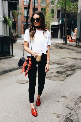Cómo combinar: camiseta con cuello circular blanca, vaqueros pitillo negros, mocasín de cuero rojos, bolso bandolera de cuero acolchado negro
