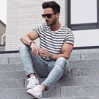 Cómo combinar: camiseta con cuello circular de rayas horizontales blanca, vaqueros pitillo grises, tenis blancos, gafas de sol en marrón oscuro