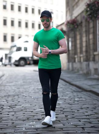 Cómo combinar: camiseta con cuello circular verde, vaqueros pitillo desgastados negros, tenis de cuero blancos, gorra de béisbol negra