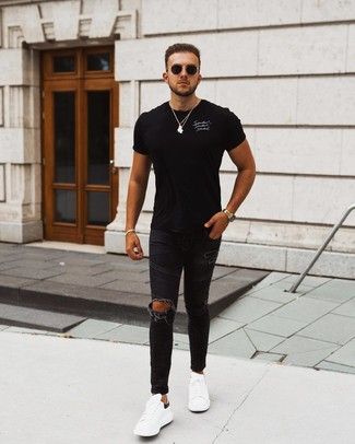 Cómo combinar: camiseta con cuello circular estampada en negro y blanco, vaqueros pitillo desgastados negros, tenis de cuero en blanco y negro, gafas de sol negras