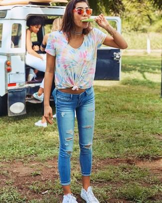 Cómo combinar: camiseta con cuello circular efecto teñido anudado en multicolor, vaqueros pitillo desgastados azules, zapatillas altas de lona blancas, gafas de sol naranjas