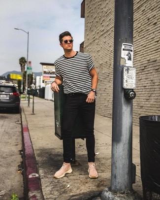 Cómo combinar: camiseta con cuello circular de rayas horizontales en blanco y negro, vaqueros pitillo negros, zapatillas altas de lona rosadas, gafas de sol negras