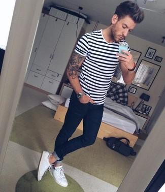 Cómo combinar: camiseta con cuello circular de rayas horizontales en blanco y negro, vaqueros pitillo azul marino, zapatillas plimsoll blancas, reloj plateado