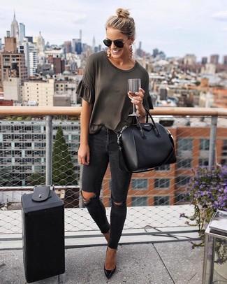 Cómo combinar: camiseta con cuello circular en gris oscuro, vaqueros pitillo desgastados negros, zapatos de tacón de cuero negros, bolsa tote de cuero negra